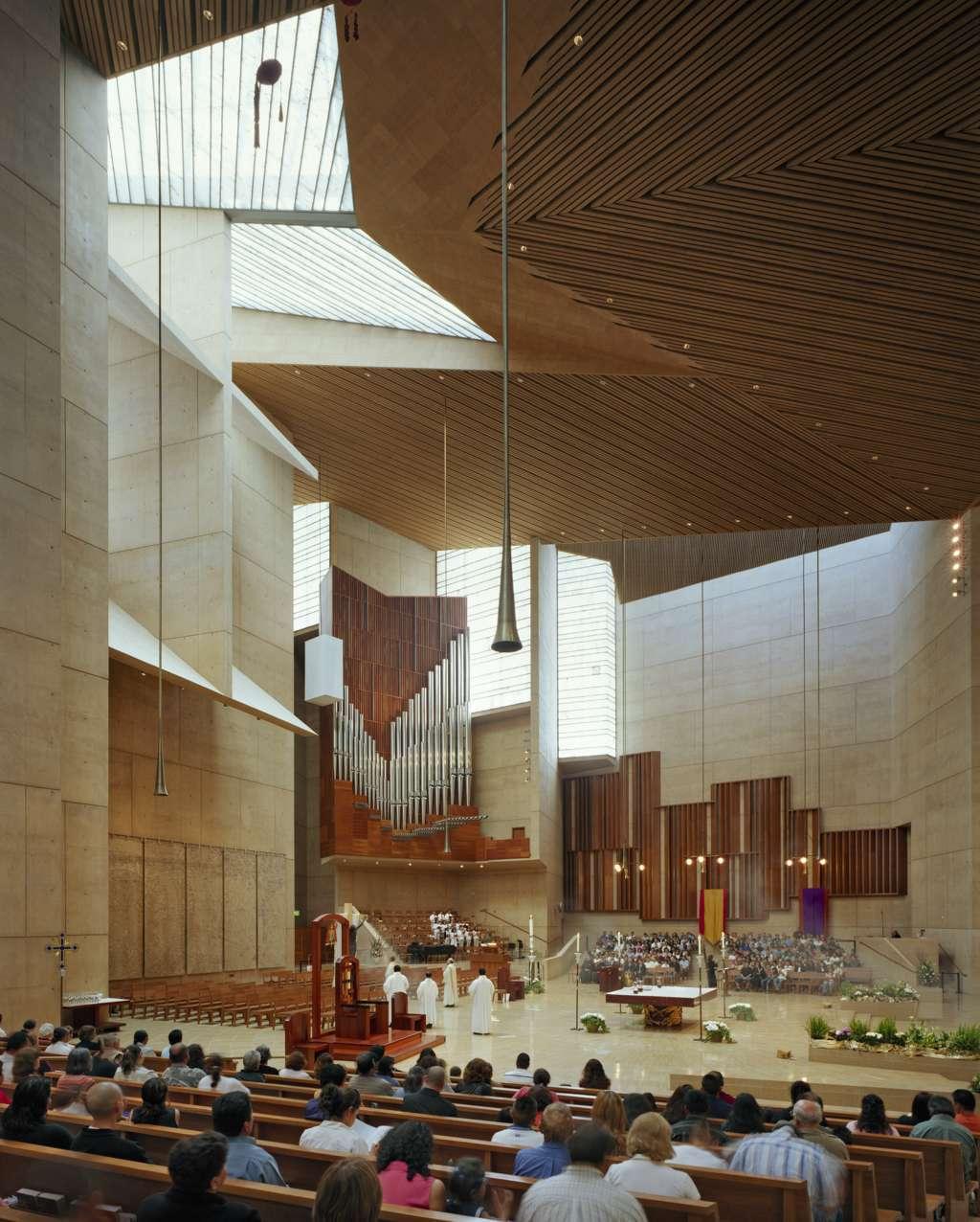 Cattedrale di Los Angeles, la pedana pesbiterale. Molto ampia presenta da un lato (sulla sinistra della fotografia) la cattedra e sul lato opposto l'organo e il coro.