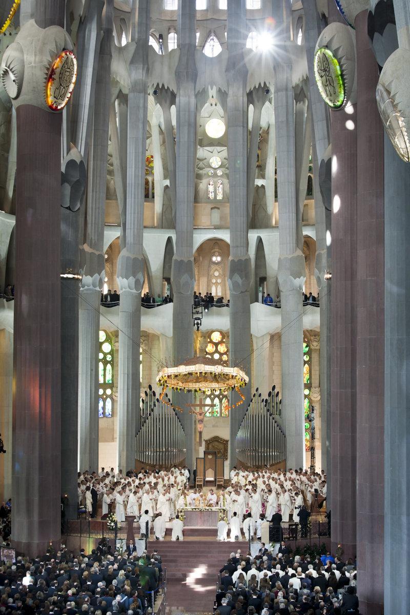 Sagrada Familia. La consacrazione a opera di papa Benedetto XVI (7 novembre 2010). Il coro è disposto sulla balconata perimetrale.