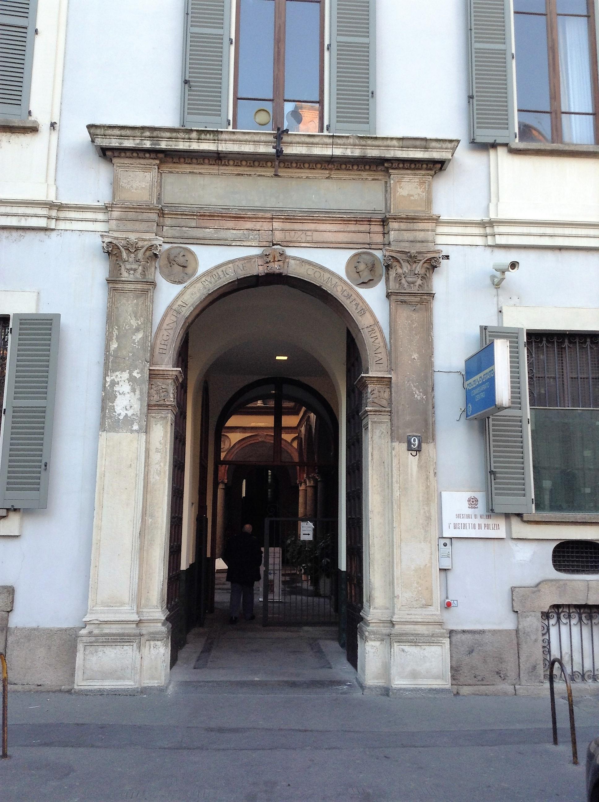 Milano, Piazza San Sepolcro, Primo Distretto della Polizia di Stato: il portale bfamantesco (rimaneggiato) e altri elementi sono oggetto di studio.