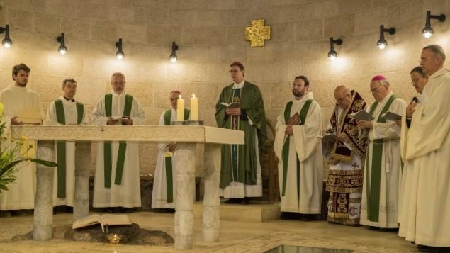 Il Card Rainer Woelki preside la celebrazione per la riapertura della chiesa.