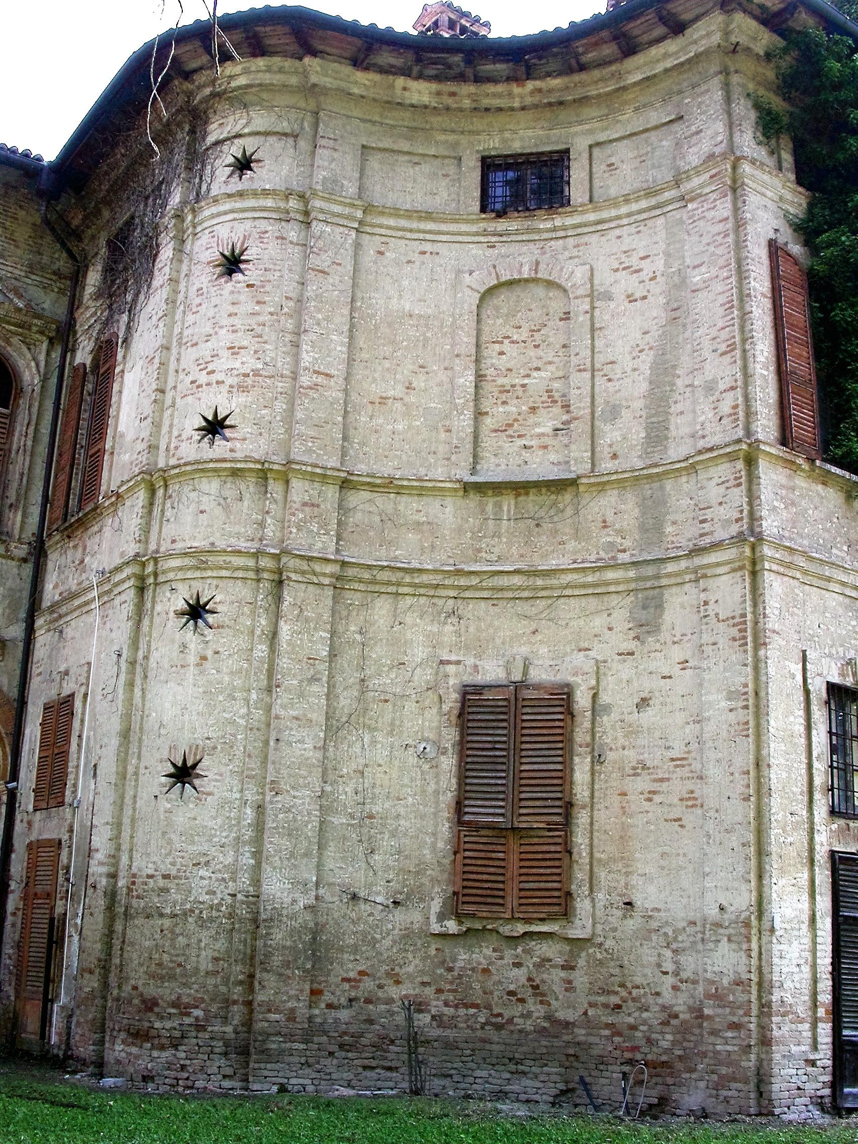 Castelletto di Branduzzo, particolare delle aperture della scala interna bramantesca. l'immobile è oggetto di studio.