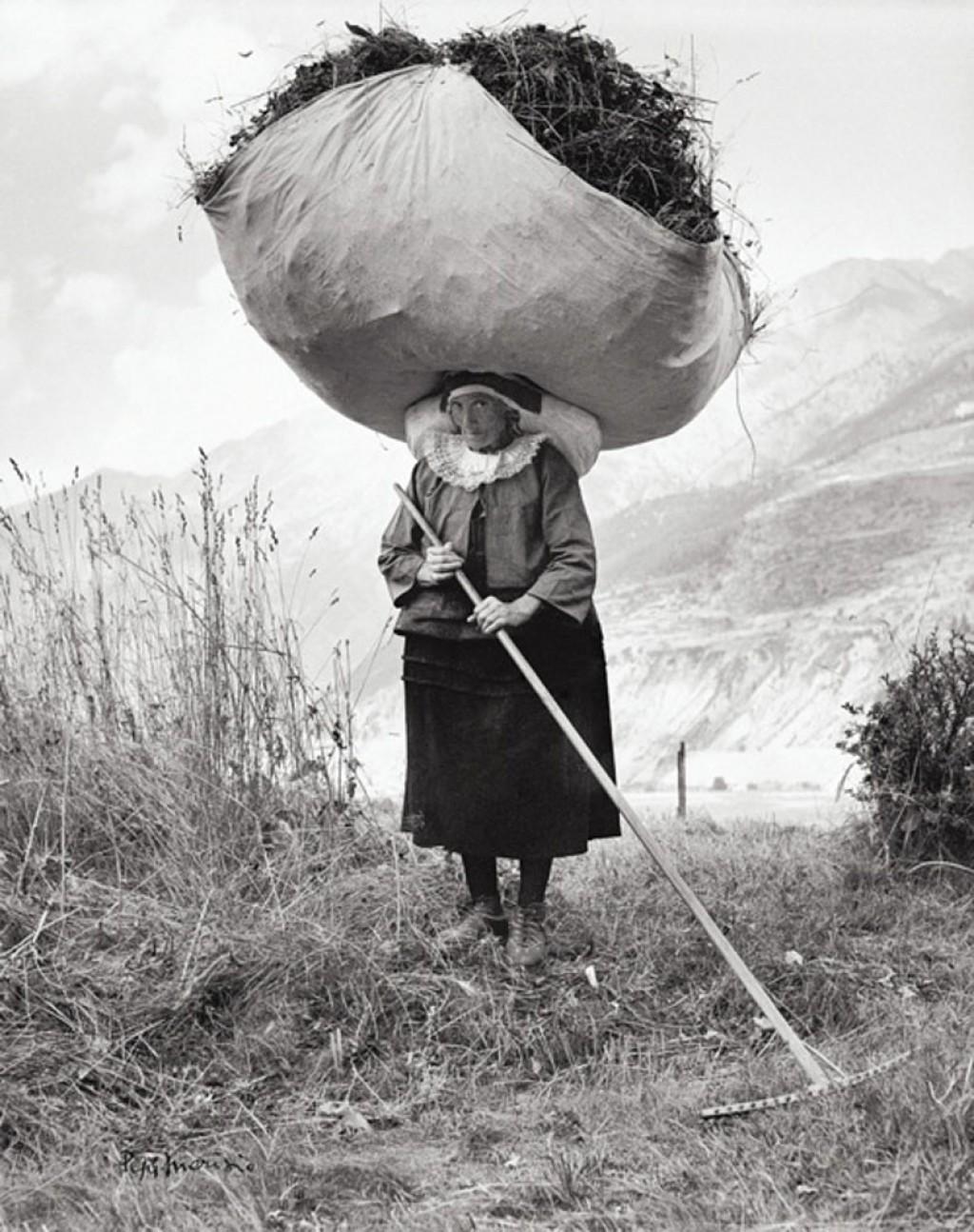 woman-carrying-hay-on-her-head-Pepi-Merisio-1024x1294
